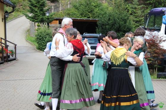 """Die """"Thüringer Trachten- und Brauchtumsschule"""" unterhielt die Gäste mit traditionellen Thüringer Tänzen und Thüringer Mundart."""